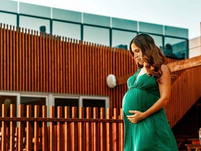 Acredite no Parto Normal sem medo, mulher grávida segura a barriga com ar preocupado