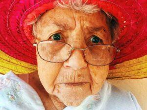 Entenda o que é Apneia do sono, senhora idosa de chapéu espantada